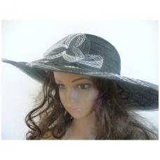 Juoda vasarinė skrybėlė su gėle