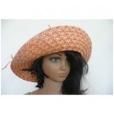 Moteriška skrybėlė iš popieriaus su megzta gelyte