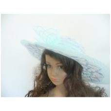Šviesiai žydra skrybėlė su gėle